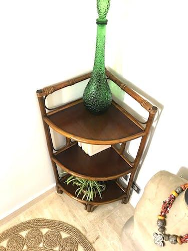 Étagère d'angle en rotin et bambou