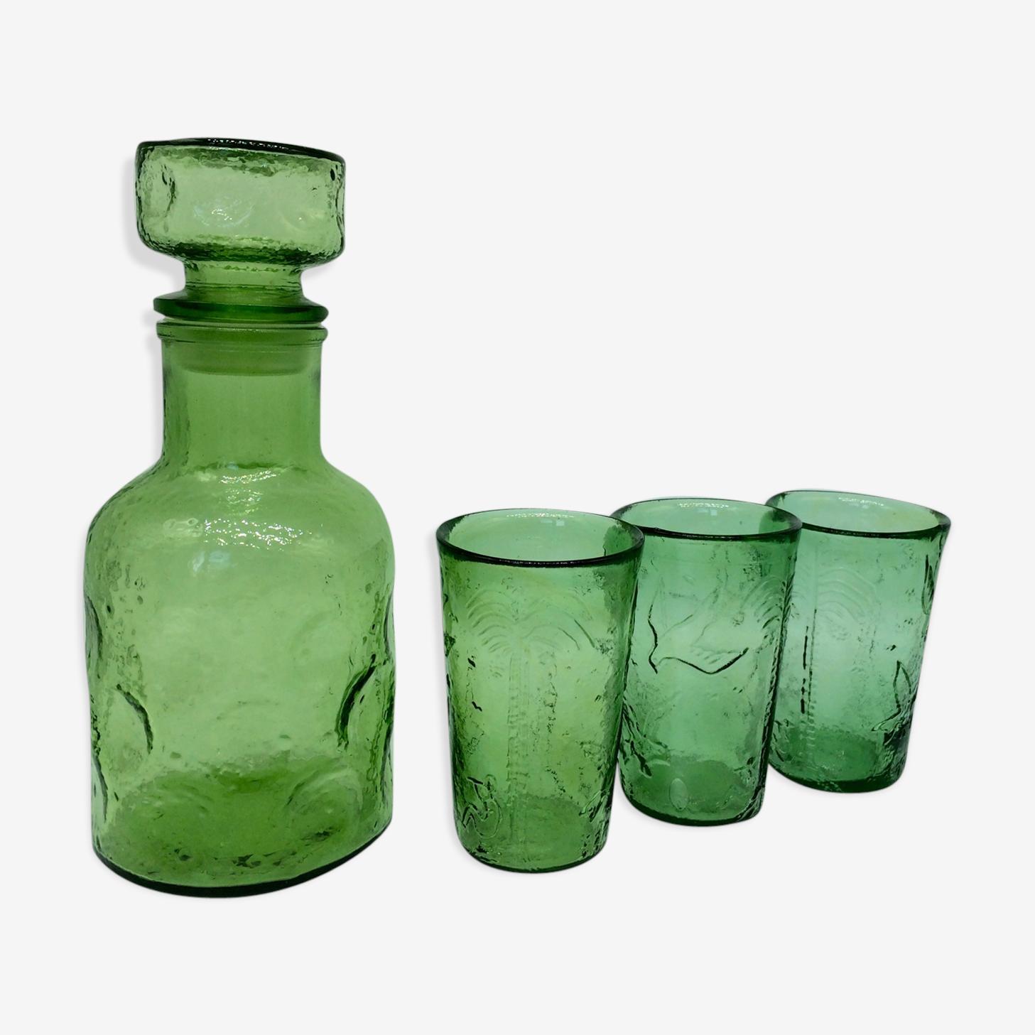 Bouteille verte carafe et verres à bulles