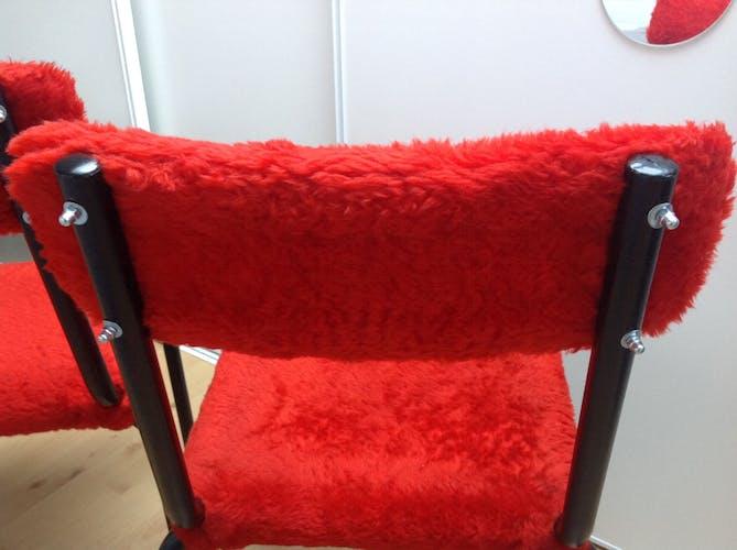 Paire de chaises moumoute rouge et pieds tubes noirs, vintage années 70